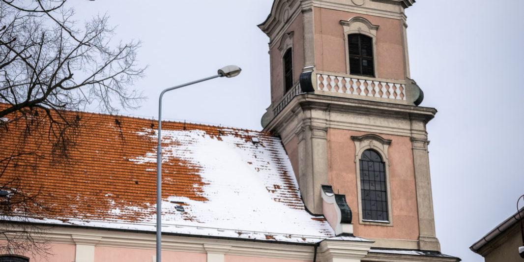 Kościół św. Mikołaja w Krobi zimą