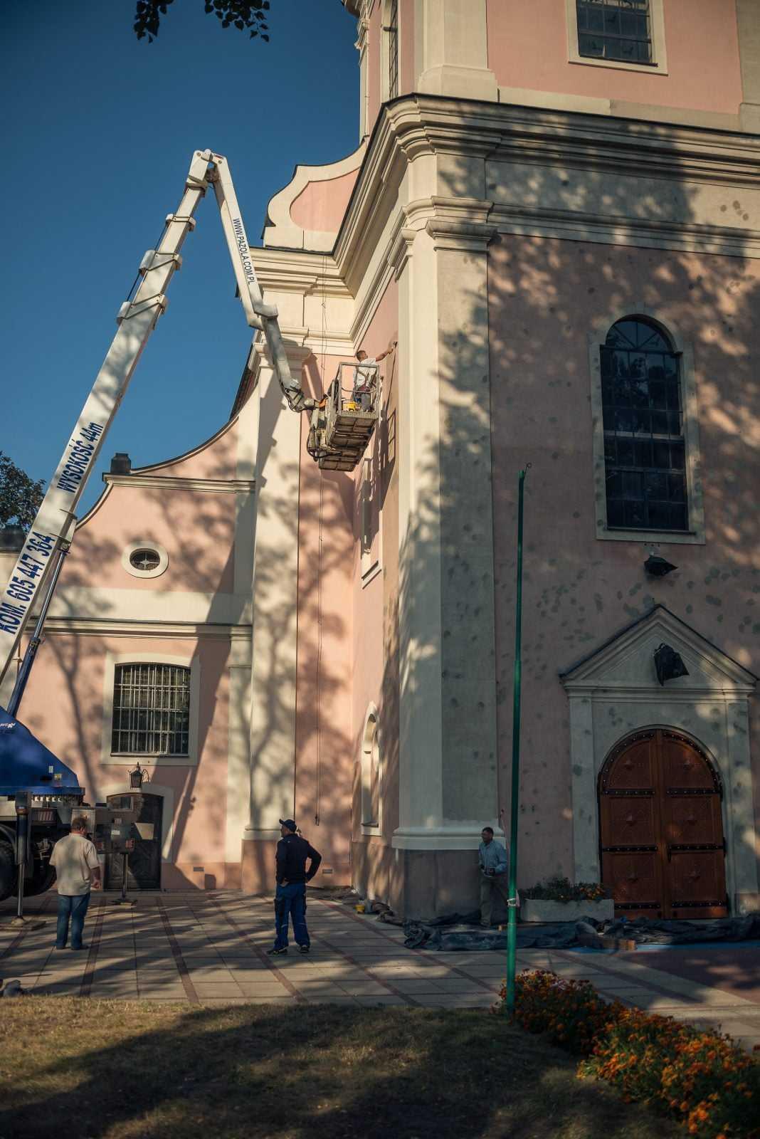 Malowanie wieży kościoła w Krobi